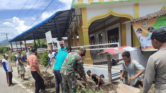 Babinsa Lawe Alas Bersama Warga Bersihkan Saluran Parit Desa Rumah Rutung