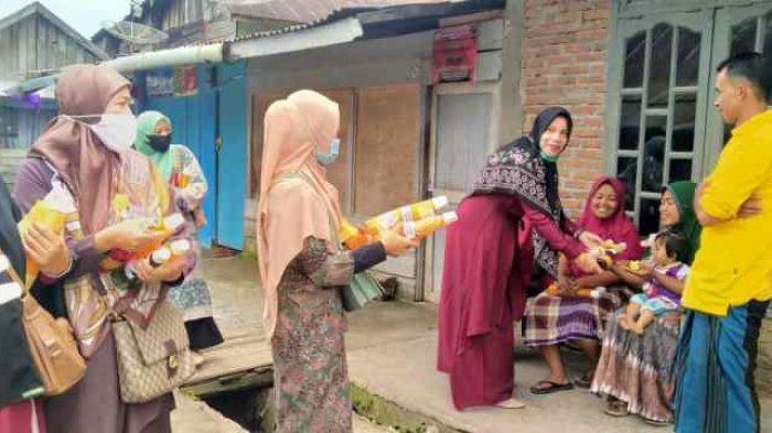 Dharma Wanita SMKN 1 Takengon Bagikan Sirup untuk Warga Kampung Tebuk