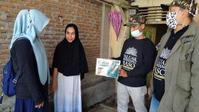 Group Facebook Taluak Sapanjang Maso Bagi-bagi Sembako untuk Warga Kurang Mampu