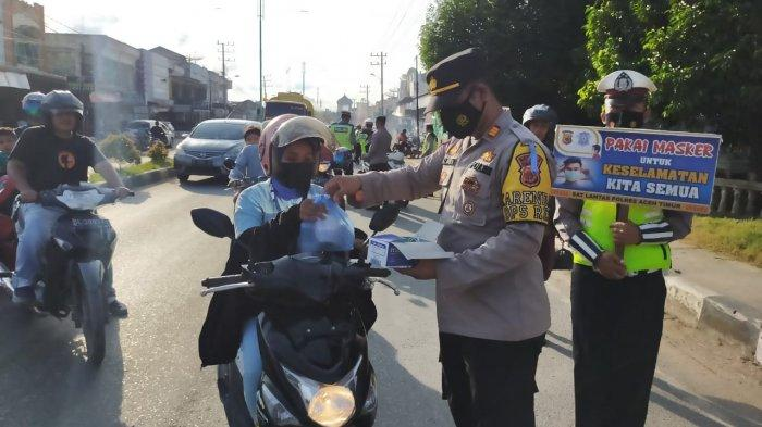 Sat Lantas Polres Aceh Timur Bagi Takjil dan Masker Ke Pengguna Jalan