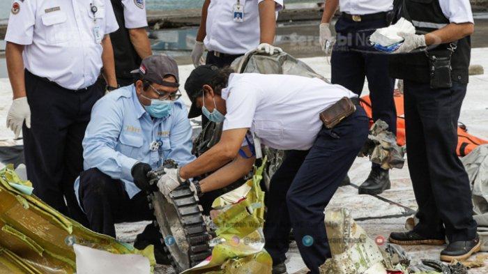 FOTO - Petugas KNKT Periksa Temuan Turbin dan Serpihan Pesawat Sriwijaya Air SJ 182 - bagian-turbin-pesawat-1.jpg