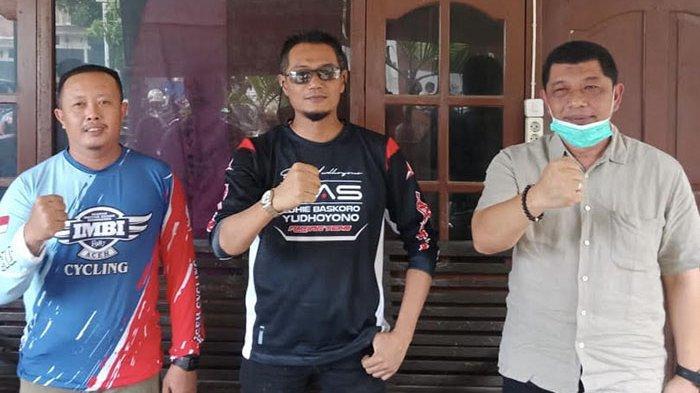 Bambang Sukmana foto bersama tim pendampingnya saat memasuki Kota Banda Aceh, Minggu (17/1/2021).