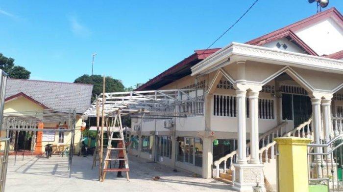 Jamaah Shalat Jumat Meluber, Meunasah Nurul Yakin Kampung Sampaimah Aceh Tamiang Dipasangi Kanopi