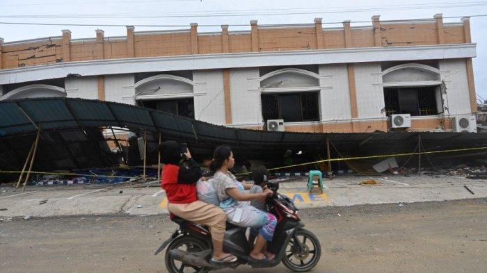 FOTO - Kondisi Kerusakan Akibat Gempa 6,2 SR di Sulawesi, Korban Meninggal Mencapai 56 Orang - bangunan-berlantai-dua-yang-runtuh-akibat-gempa.jpg