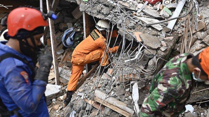 FOTO - Kondisi Kerusakan Akibat Gempa 6,2 SR di Sulawesi, Korban Meninggal Mencapai 56 Orang - bangunan-yang-runtuh-di-kota-mamuju-1.jpg