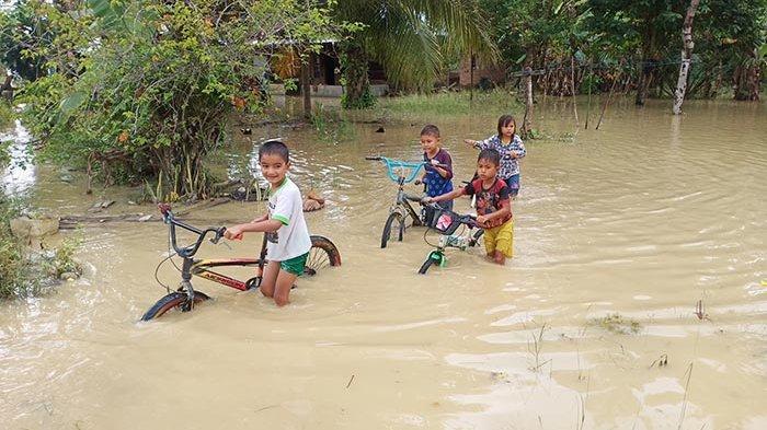 Korban Banjir Masih Andalkan Dapur Umum
