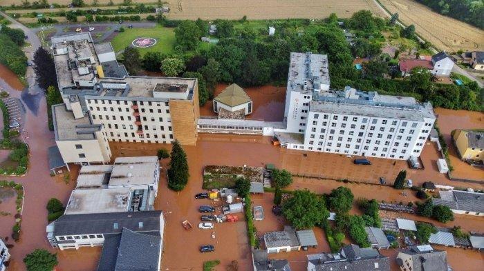 Reporter Jerman Lumuri Tubuh Dengan Lumpur Sebelum Laporan Berita Banjir, Ini Akibat Begitu Ketahuan