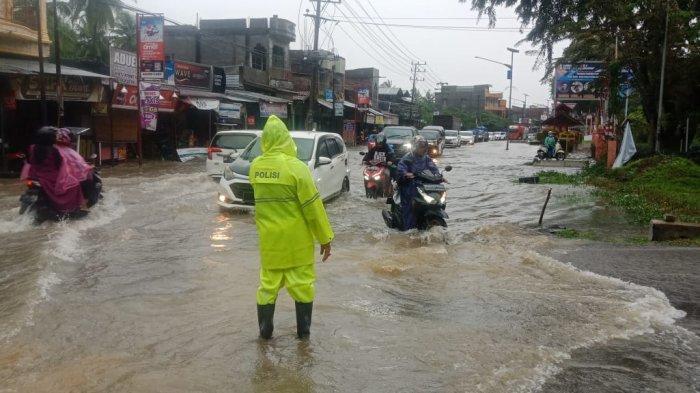 Satlantas Polres Lhokseumawe Atur Lalu Lintas di Kawasan Rawan Banjir