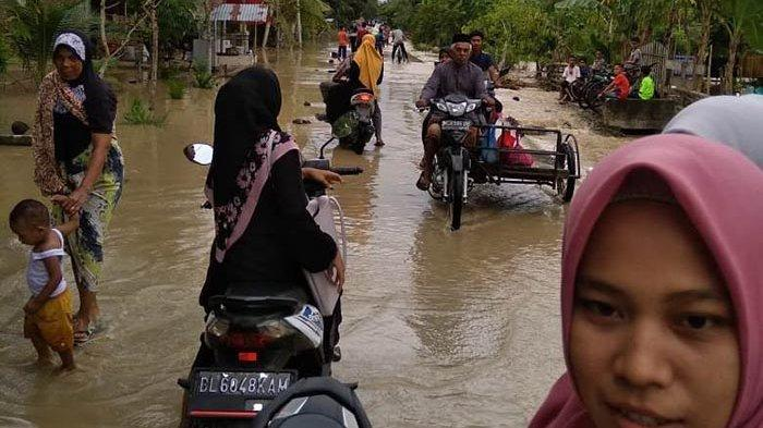 Banjir Landa Pirak Timu Aceh Utara, Warga Angkut Barang Dalam Rumah ke Balai