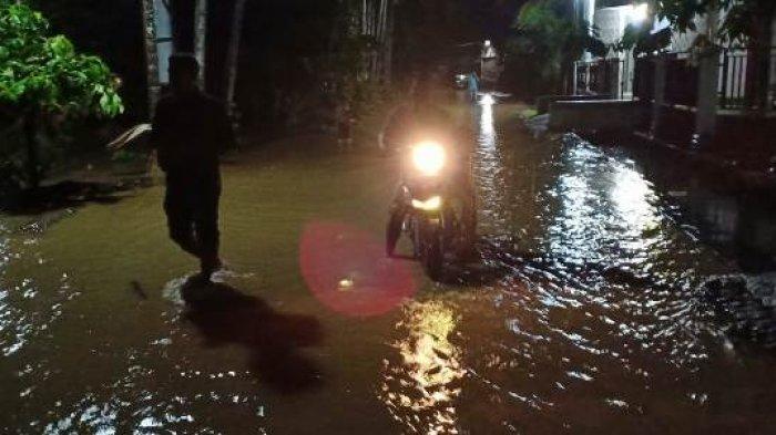 Saluran Irigasi Tertimbun Sampah Banjir