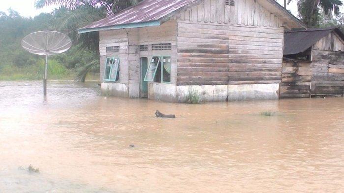 Banjir di Woyla Aceh Barat Mulai Surut, Sebagian Warga Mulai Membersihkan Rumah