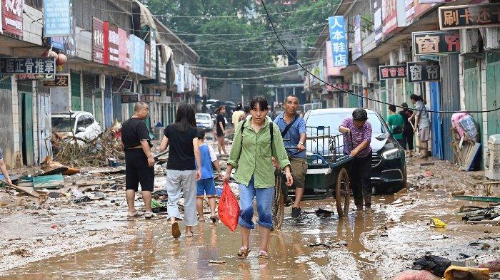 Peternak Babi China Menangis, Alami Kerugian Besar setelah Mata Pencahariannya Hanyut oleh Banjir