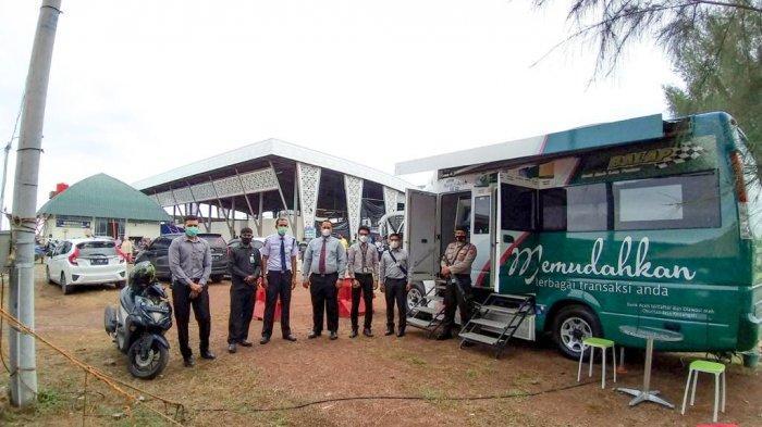 Bank Aceh Syariah menghadirkan satu unit mobil layanan kas di Pasar Al Mahirah, Lamdingin, Banda Aceh sejak Rabu (2/6/2021).