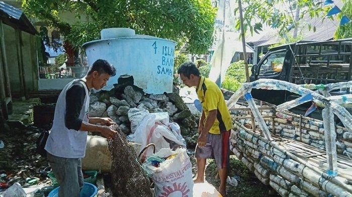 Jaga Kebersihan Destinasi Wisata Kepulauan Banyak, Muslim Jadikan Pekarangan Rumahnya Bank Sampah