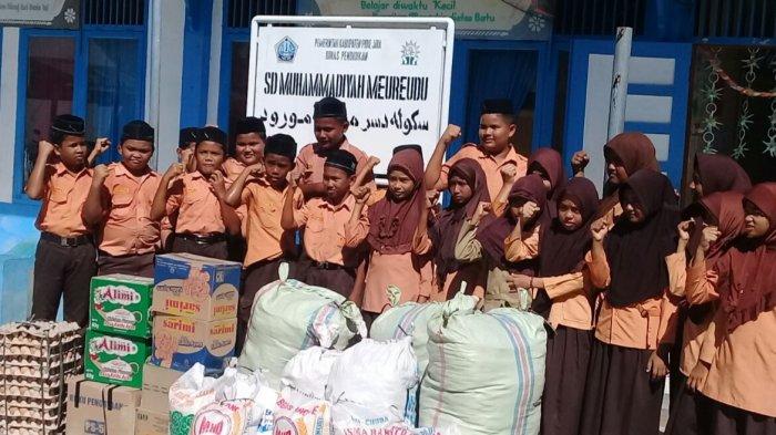 Murid SD Muhammadiyah Pidie Jaya Salurkan Bantuan ke Pengungsi Muslim Rohingya di Bireuen