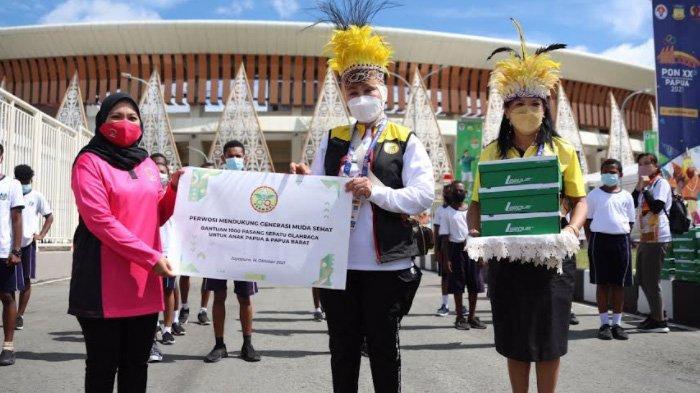 Perwosi Serahkan Bantuan 1.000 Sepatu Olahraga untuk Anak-Anak Papua dan Papua Barat