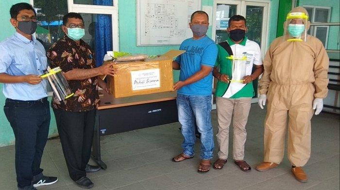 Ikatektro FT Unsyiah Bantu Baju Hamzat untuk RSUD Bireuen