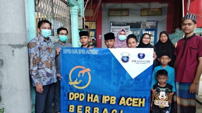 DPD HA IPB Aceh Santuni Santri Yatim Piatu Dayah BTRG di Gampong Ceurih Ulee Kareng