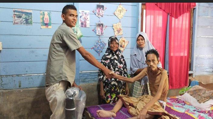 Eks Kombatan GAM Ini Sakit Parah tak Bisa Jalan, Haji Uma Salurkan Bantuan Kursi Roda