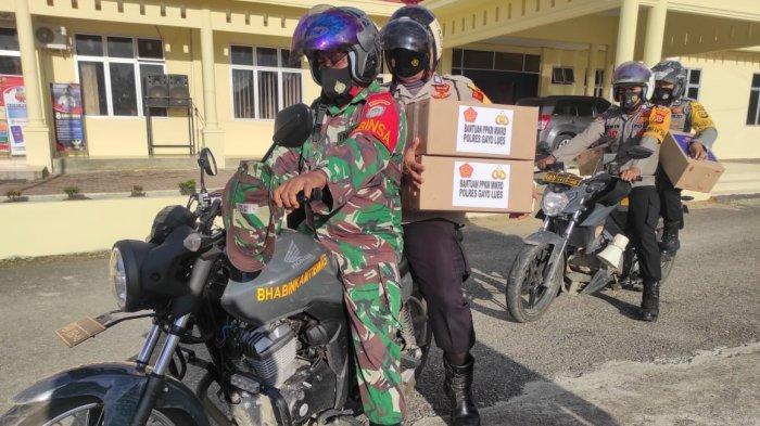 Personel Polres Gayo Lues Bersama TNI Bagikan Sembako Kepada Masyarakat