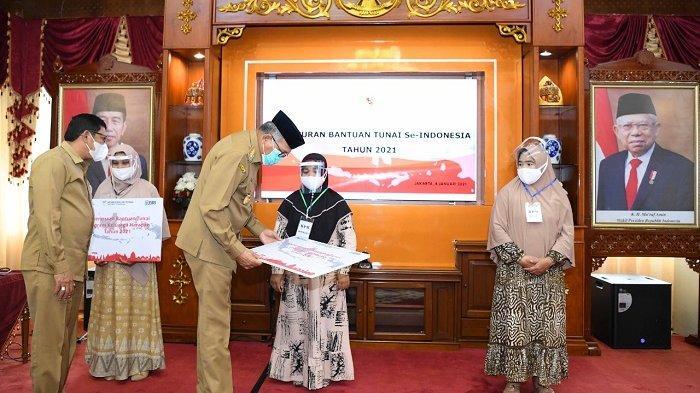 Gubernur Aceh Serahkan Tiga Bansos Tunai Serentak