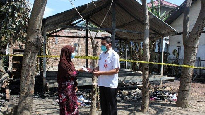 Baitul Mal Aceh Bantu Janda Korban Kebakaran di Lam Hasan