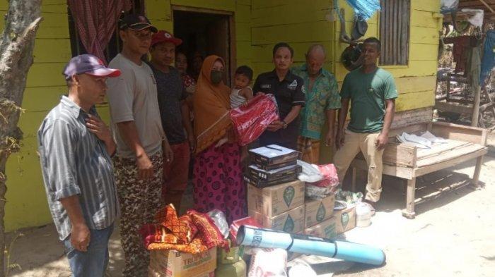 Pemkab melalui Dinsos Bireuen, Sabtu (03/07/2021) siang mengantar bantuan masa panik untuk korban kebakaran di Gampong Kuta Meuligoe, Kecamatan Jeumpa, Kabupaten Bireuen