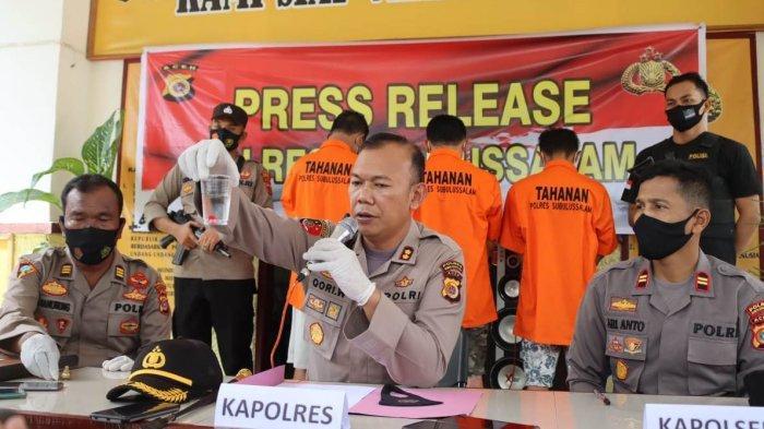 Barang bukti kasus penipuan dengan modus hipnotis yang diamankan polisi dalam penangkapn tiga pelaku di Mapolsek Simpang Kiri digelar, Rabu (21/4/2021).