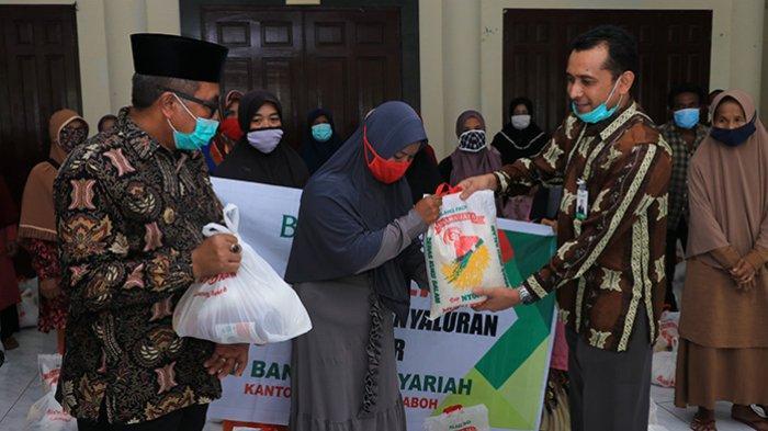 Program Bank Aceh Syariah Peduli, 200 Paket Sembako dari BAS Meulaboh untuk Penyapu Jalan dan Duafa