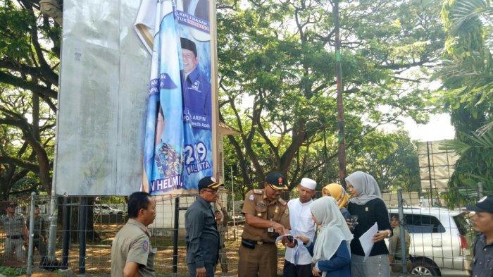Bawaslu Aceh Tertibkan Sejumlah Spanduk dan Baliho Milik Parpol di Banda Aceh