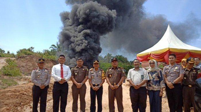 Kejari Aceh Timur Musnahkan Barang Bukti Minyak Mentah 116.000 Liter