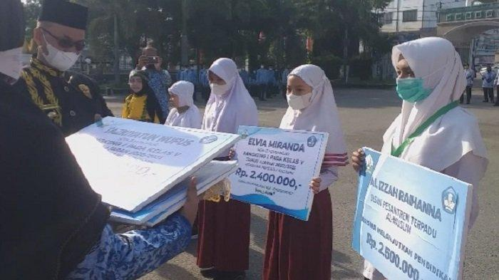 Ratusan Siswa Bireuen Berprestasi Dapat Beasiswa, Guru Dapat Penghargaan