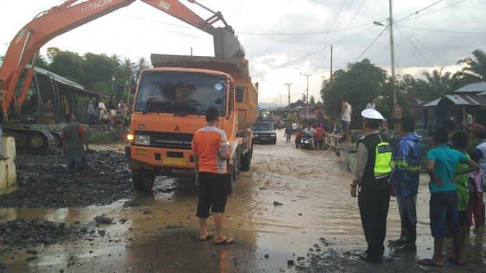 Hujan Deras, Material Bebatuan Kiriman Banjir Menumpuk di Jembatan Kayu Mbelin