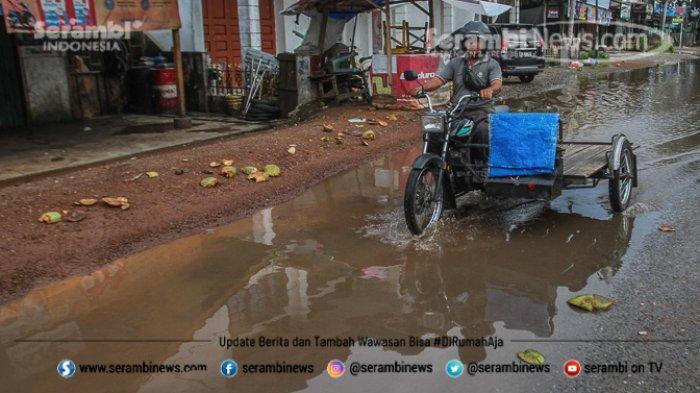 FOTO - Wajah Pasar Induk Lambaro Ketika Musim Hujan, Pedagang Berjualan Diantara Kubangan Lumpur - becak-melintasi-genangan-air-di-jalan-lintas-nasional-banda-aceh-medan.jpg