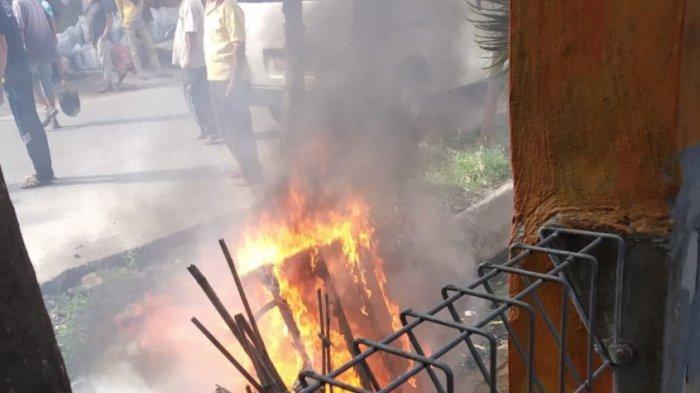 BREAKING NEWS -- Becak Terbakar di Kawasan Pasar Inpres Lhokseumawe