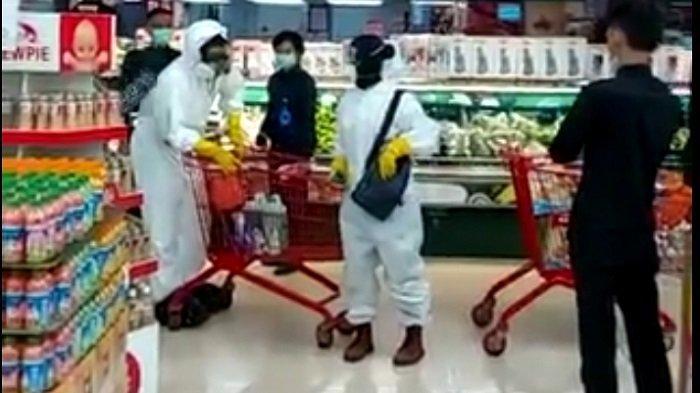 Video Viral, Dua Pengunjung Berbelanja di Supermarket Gunakan APD Lengkap Seperti Petugas Medis