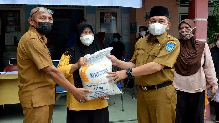 Marzuki Hamid Serahkan Secara Simbolis Bantuan Beras CBP Kepada KPM di Kota Langsa di Masa PPKM