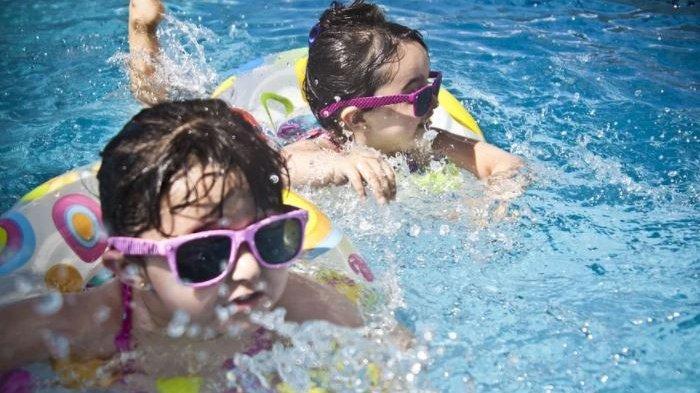Suka Berenang? Begini Tips Melindungi Rambut Rusak dari Klorin Air Kolam Renang