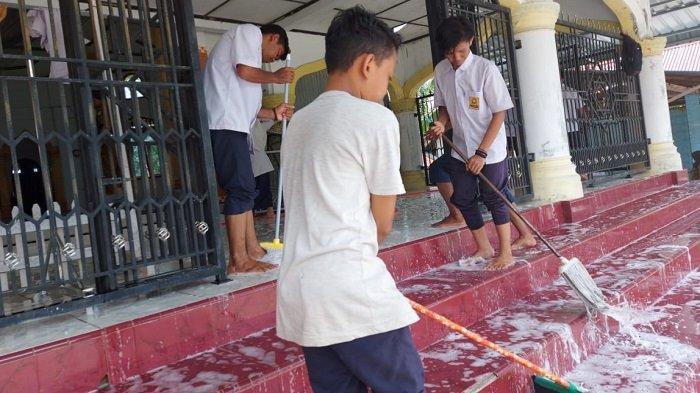 Jelang Ramadhan, Ratusan Pelajar SMPN 2 Pante Ceureumen Bersihkan Masjid