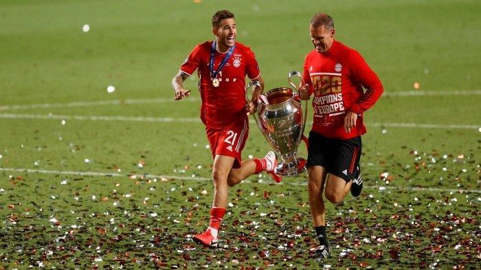 FOTO - Selebrasi Bayern Muenchen Juara Liga Champions Musim 2019-2020 - berlari-bersama-trofi.jpg