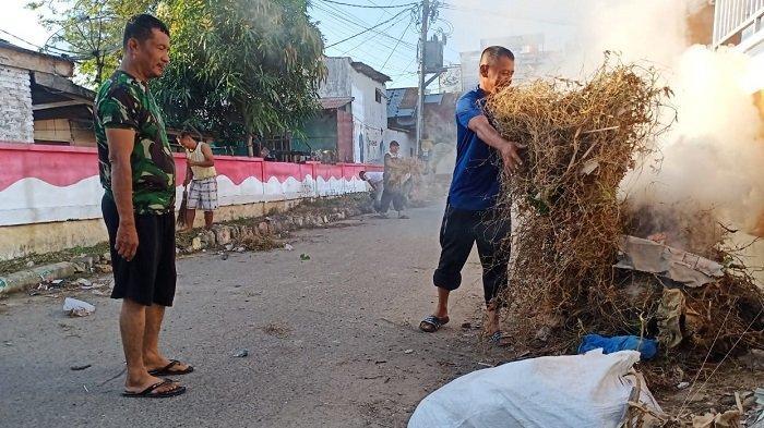 Warga Kompleks Pardede Gotong Royong Bersihkan Lingkungan