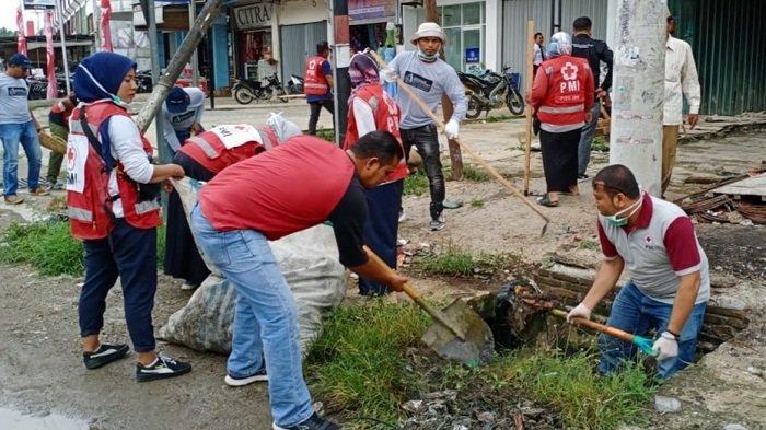 RatusanWarga Ulee Gleedan Komunitas Pijay Gleeh Bersihkan Pasar Bandar Dua