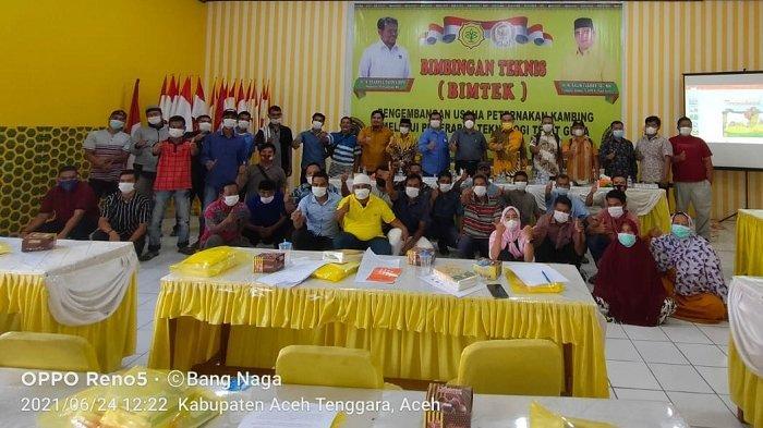 Anggota Komisi IV DPR RI, M Salim Fakhri SE MM, didampingi Ketua DPRK Aceh Tenggara, Denny Febrian Rosa SSTP MSi, membuka Bimtek Pengembangan Usaha Ternak Kambing di Aula Kantor Golkar Aceh Tenggara, Kutacane, Kamis (24/6/2021)