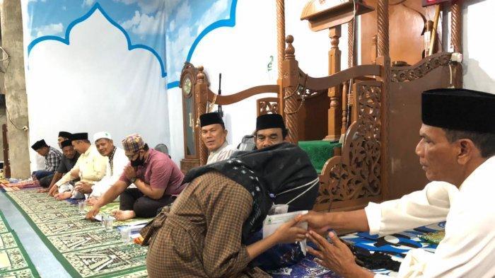 Pengurus Badan Kemakmuran Masjid (BKM) Baitul Mukminin, Gampong Lamteh, Kecamatan Ulee Kareng, Banda Aceh, kembali menyantuni 21 anak yatim gampong tersebut.Penyaluran santunan ini berlangsung di Masjid Baitul Mukminin, Kamis (15/7/2021) seusai Shalat Isya.