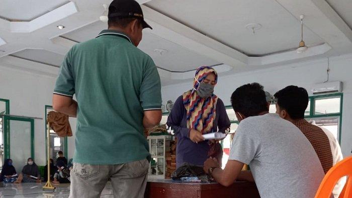 Desa Geulanggang Baro Kota Juang Salurkan BLT