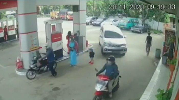 Detik-detik bocah tertabrak dan tergilas mobil