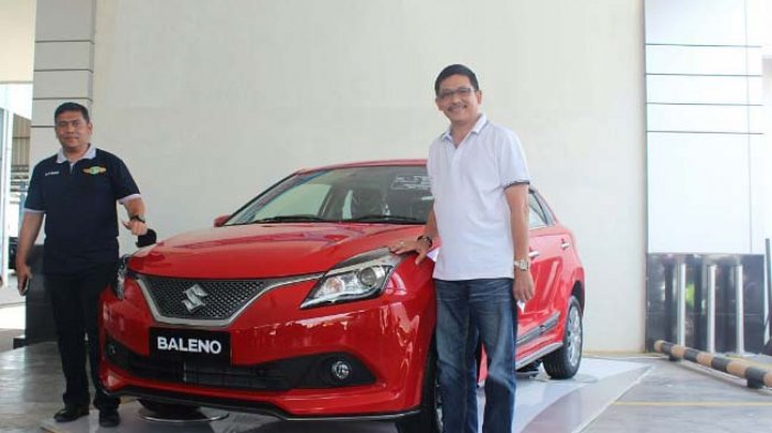 Branch Manager PT Armada Banda Jaya area ABanda Aceh dan Aceh Besar, Khairul Misbah dan General Manager PT Armada Banda Jaya, Ronny Makaminan memperkenalkan Suzuki Baleno yang baru dilaunching, di dealer setempat, Sabtu (26/8)