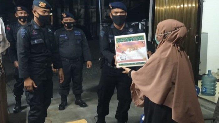 Bantu Masyarakat Saat PPKM Mikro, Sat Brimob Polda Aceh Salurkan Bantuan