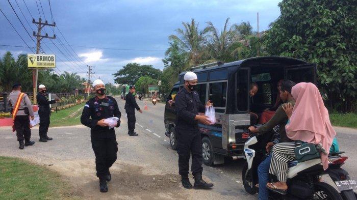 Sambil Bagikan Takjil Berbuka di Depan Mako, Brimob Aramiah Sosialisasi Protkes Covid-19