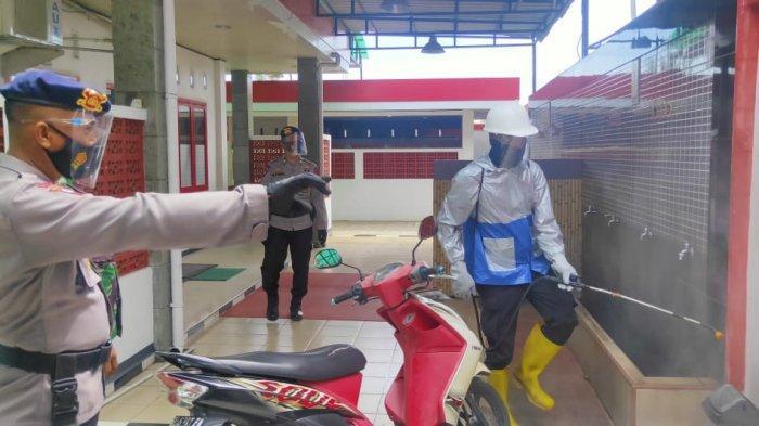 Cegah Wabah Corona, Brimob Aramiah Bersama TNI Semprot Disinfektan di Areal SPBU Alur Dua